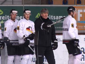 Der neue Trainer Jakob Kölliker und das junge Eishockey-Team. Foto: N24/Schmidt Media