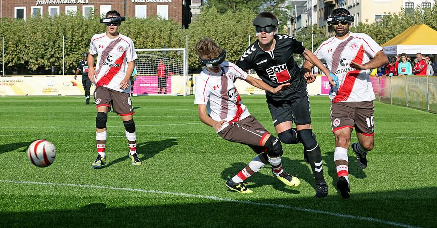 Alexander Fangmann während eines Fußballspiels in der  Blindenfußball-Bundesliga.