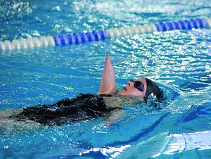 Vera Thamm beim Rückenschwimmen. Foto: privat
