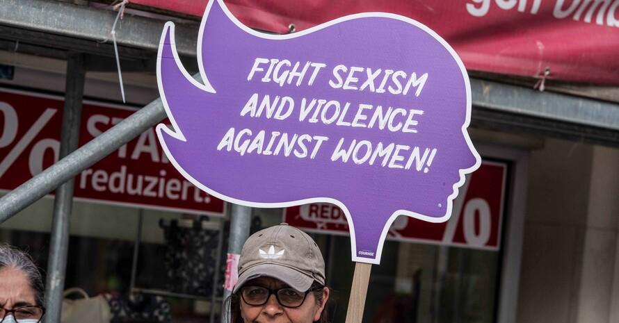 Aktivistinnen demonstrieren am 8. Mai 2020 in München gegen Gewalt an Frauen. Foto: picture-alliance