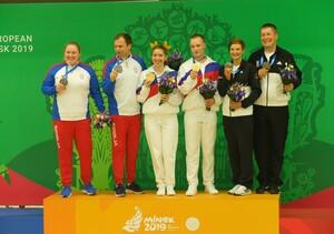 Die erste gemeinsame Medaille: Die Eheleute Sandra und Christian Reitz werden Dritte hinter den Mixed-Paaren aus Russland (Mitte) und Serbien (Foto: DOSB)