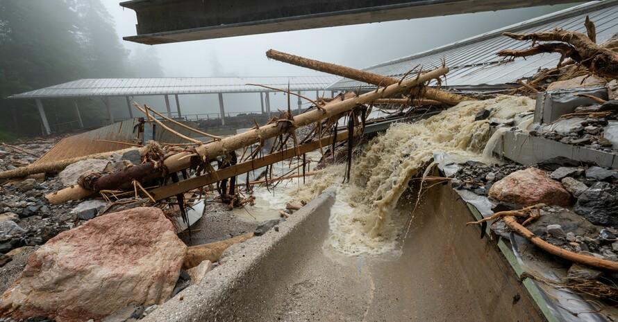 Sinnbildlich für die großen Schäden, die das Hochwasser auch in den Sportvereinen angerichtet hat, steht die völlig zerstörte Bob- und Rodelbahn am Königssee im Berchtesgadener Land. Foto: picture-alliance