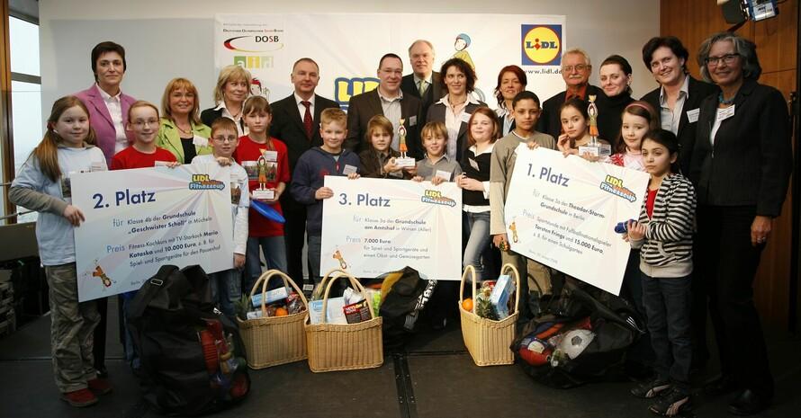 Die drei erstplatzierten Schulklassen beim Lidl-Schüler-Fitnesscup, die in Berlin ausgezeichnet wurden. Insgesamt hatten sich bundesweit 1100 Schulklassen beteiligt. Foto: www.lidlfitnesscup.de