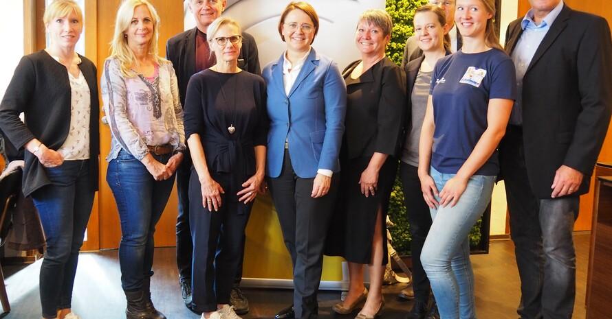 """Projektbesuch """"Willkommen im Sport"""" mit Staatsministerin Annette Widmann-Mauz (5. v.l.)und der Präsidentin des LSV BW Elvira Menzer-Haasis (rechts daneben). (Foto: LSV BW)"""