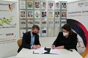 DOA-Direktor Dr. Gerald Fritz und die Schulleiterin der Carl-von-Weinberg-Schule, Inge Gembach Röntgen, unterzeichnen die Kooperationsvereinbarung. Foto: DOA