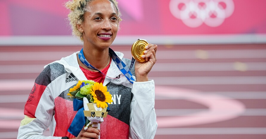"""""""Ich weiß noch gar nicht, was das für mich alles bedeutet, bin einfach überwältigt"""", sagte die Olympiasiegerin Malaika Mihambo nach der Siegerehrung. Foto: picture-alliance"""