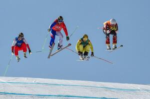 """Wilde Reiter: Skicrosser Paul Eckert (zweiter von rechts) scheidet im Achtelfinale gegen (von rechts) Dave Duncan aus Kanada, Jean Frederik Chapuis aus Frankreich und Jegor Korotkow vom Team """"Olympischer Athleten aus Russland"""" aus (Foto: Picture Alliance)"""