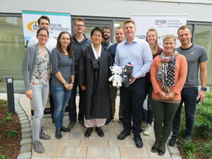 Das Betreuerteam mit Generalkonsul Prof. Dr. Bumhym Bek (Foto: DOA)