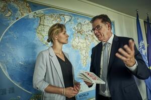 """Gerd Müller und Britta Heidemann vereinbaren, die erfolgreiche Zusammenarbeit von BMZ und DOSB zum Thema """"Sport für Entwicklung"""" zu intensivieren. Foto: Philip Scholl"""