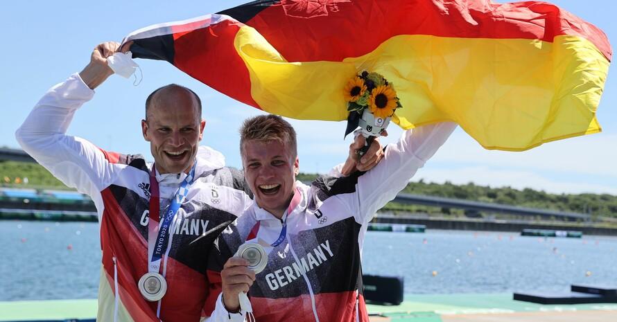 Max Hoff (li.) und Jacob Schopf freuen sich auf dem Siegertreppchen im Sea Forest Waterway über ihren Silbermedaillen. Foto: picture-alliance