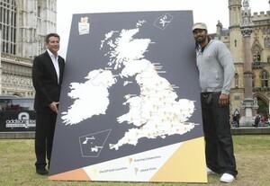 Sebastian Coe, Olympiasieger und Vorsitzender des Organisationskomitees London 2012, und Boxer David Hayes (re.) zeigen die Stationen der Reise des Olympischen Feuers in Großbritannien ab 19. Mai 2012. Foto: picture-alliance