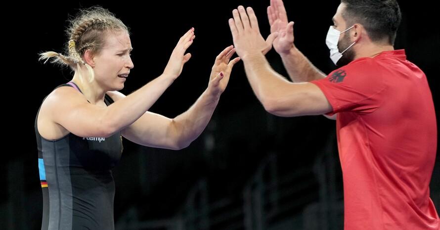 Aline Rotter Focken freut sich mit ihrem Trainer über den Olympiasieg. Foto: picture-alliance