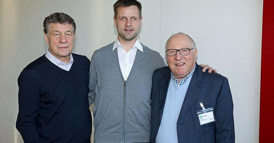 Alexander Fangmann steht in der Mitte. Links daneben steht Otto Rehagel, rechts daneben steht Uwe Seeler.