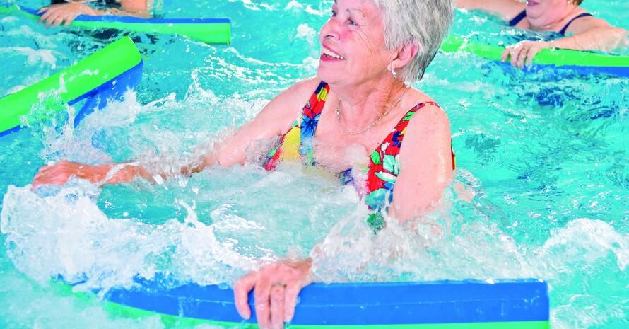 Ältere Frauen halten sich fit mit Wassergymnastik. Foto: LSB Rheinland-Pfalz/Thinkstock
