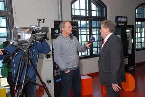 Fritz Schramma erläutert den Medien die Situation der Bäderlandschaft in Deutschland. Foto: Deutsche Gesellschaft für das Badewesen, Essen