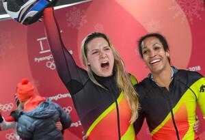 Überraschung in der Bobbahn: Pilotin Mariama Jamanka (rechts) und Anschieberin Lisa Buckwitz jubeln im Ziel über ihre Goldmedaille (Foto: Picture Alliance)
