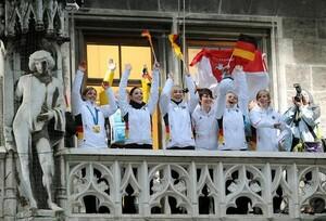 Das deutsche Olympia-Team winkt am Dienstag (2.03.2010) vom Rathausbalkon am Münchner Marieplatz.