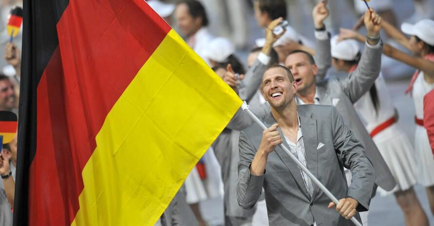 Ein unvergesslicher Moment: Dirk Nowitzki führt 2008 als Fahnenträger das deutsche Olympia-Team in das Olympiastadion von Peking. Foto: picture-alliance