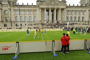 Tag des Blindenfußballs vor dem Deutschen Reichstag in Berlin; Am 2. April spielt ein Inklusionsteam des DOSB gegen den FC Bundestag. Foto: picture-alliance