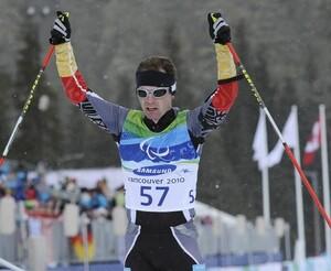Wilhelm Brem reißt nach seinem Goldlauf im Biathlon über 12,5 km die Arme in die Höhe. Copyright: picture-alliance