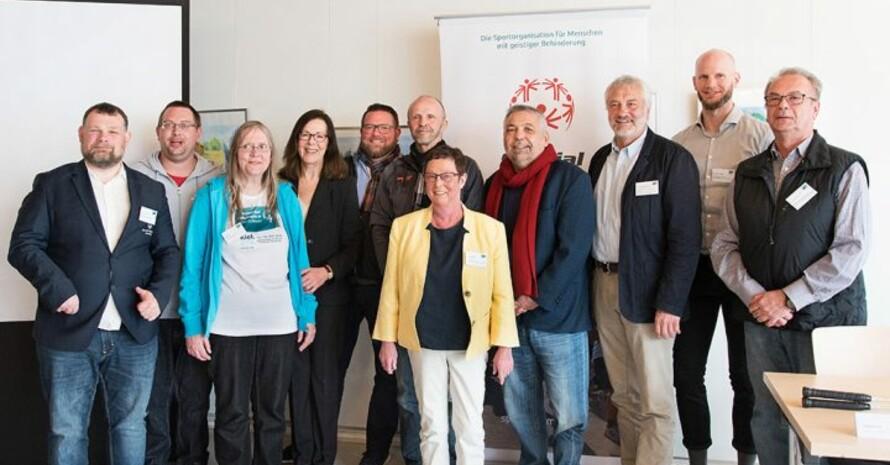 Gruppenfoto mit allen Beteiligten von SOD bei der Pressekonferenz