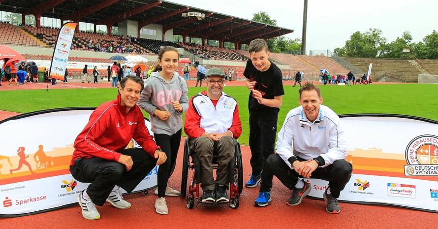 Rollstuhl-Rugby-Spieler Jörg Holzem (Mitte) und die beiden Sportbotschafter Danny Ecker (links) und Frank Busemann (rechts) beantworteten in Ludwigshafen die Fragen der Kinder. Foto: Treudis Naß