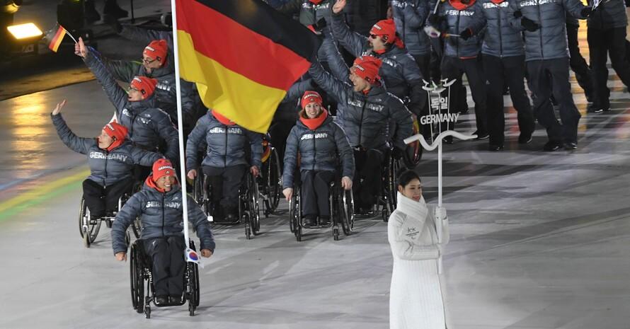 Eröffnungsfeier bei den Paralympics 2018 in PyeongChang: Andrea Eskau führt die deutsche Mannschaft mit der Flagge an. Foto: picture-alliance