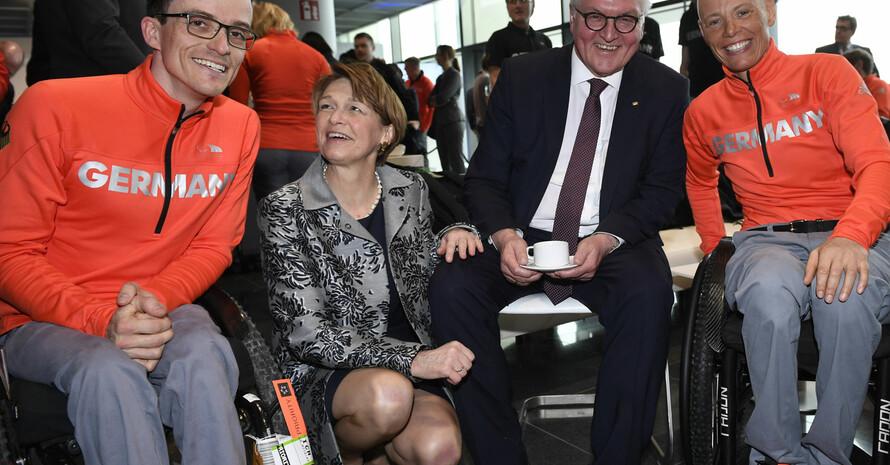 Martin Fleig, Elke Büdenbender, Bundespräsident Frank-Walter Steinmeier und Andrea Eskau (v.l.) bei Verabschiedung der paralympischen Mannschaft in Frankfurt. Foto: picture-alliance