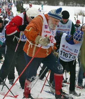 Wenn der Großvater noch fit ist, macht gemeinsamer Sport besonders viel Spaß. Copyright: picture-alliance/dpa