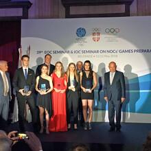 Annika Hocke (3. v.l.) mit den anderen Preisträgern bei der Verleihung im Belgrader Rathaus. Foto: DOSB