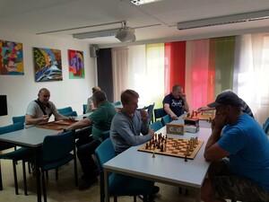 Teilnehmende beim Schach während der Integrationswoche                                               i