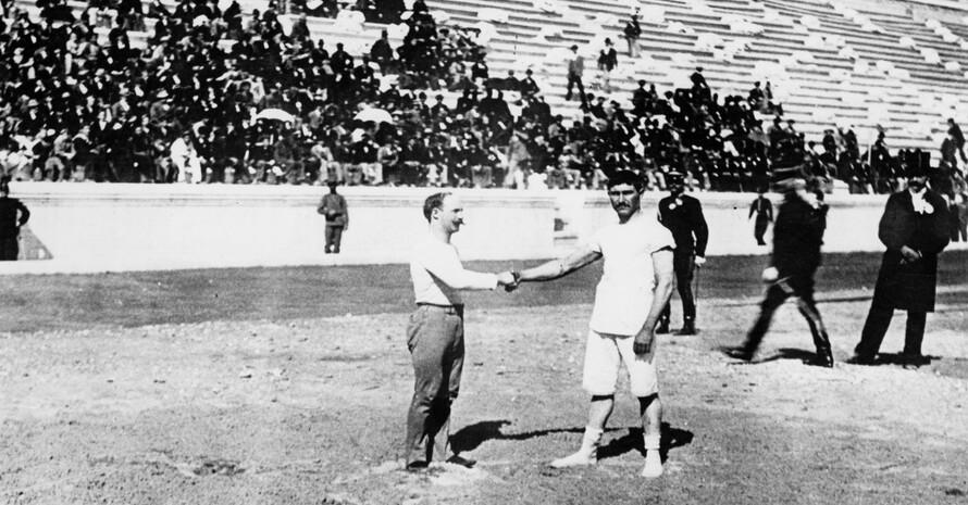 Carl Schuhmann (l.) und Georgios Tsitas beim Handschlag. Foto: picture-alliance