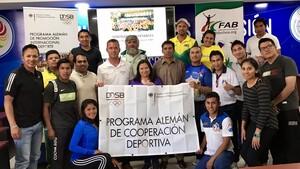 DOSB-Leichtathletikexperte Oliver Scheer (Mitte links, weißes Polohemd) mit den erfolgreichen Teilnehmerinnen und Teilnehmern der Referentenausbildung für Kampfrichter. Foto: Scheer/DOSB