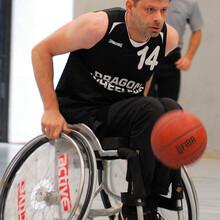 Stefan Doege jagt im Basketballollstuhl dem Ball hinterher