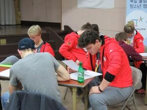 Hintergrundinformationen über die Teilung Korea erarbeiteten die Jugendlichen in Kleingruppen. Foto: DOA