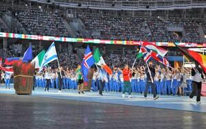 Tischtennisspielerin Petrissa Solja trägt die deutsche Flagge bei der Schlussfeier der Europaspiele in Minsk. Foto: Minsk2019