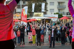 Vor der Bühne auf dem Neumarkt in Ibbenbüren wurde kräftig mitgetanzt. Foto: Mission Olympic