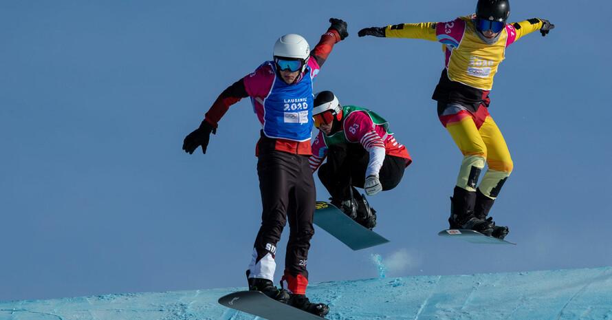 Der Wettkampf im Snowboardcross/Skicross Mixed-Team mit Valerio Jud aus der Schweiz, Noa Coutton-Jean aus Frankreich und Niels Conrath (v.l.). Foto: Olympic Information Services