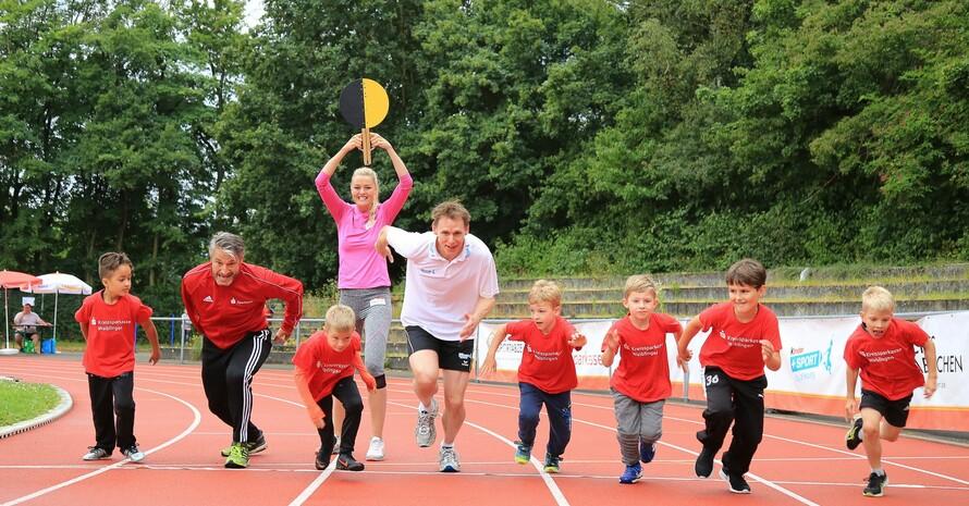 Gerd Schönfelder und Frank Busemann ließen sich von den Kindern in Waiblingen immer wieder zum Sprint herausfordern. Foto: Treudis Naß