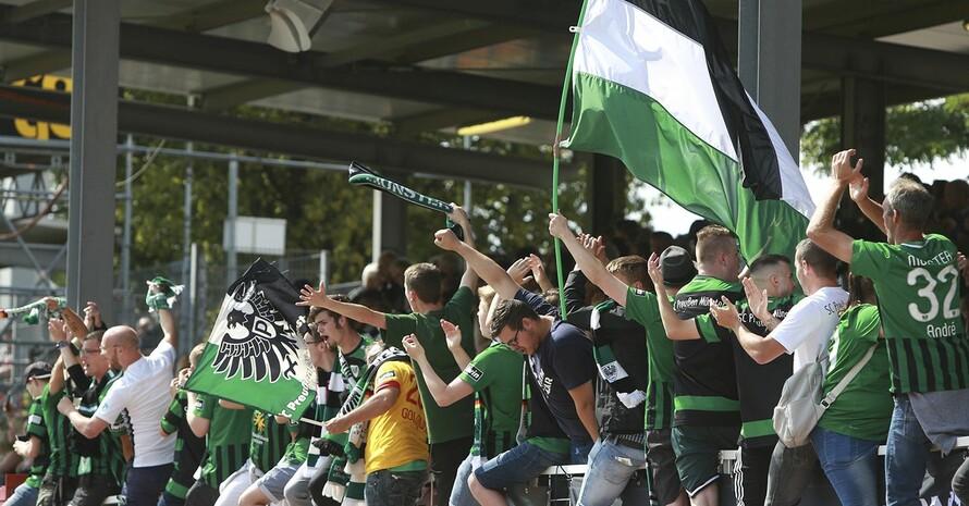 Die Fans von Preußen Münster zeigen in der Kurve eine klare Haltung gegen Rassismus. Foto: picture-alliance