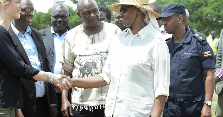Britta Heidemann (l.) und Ugandas First Lady Janet Kataaha Museveni begrüßen sich. Foto: GIZ