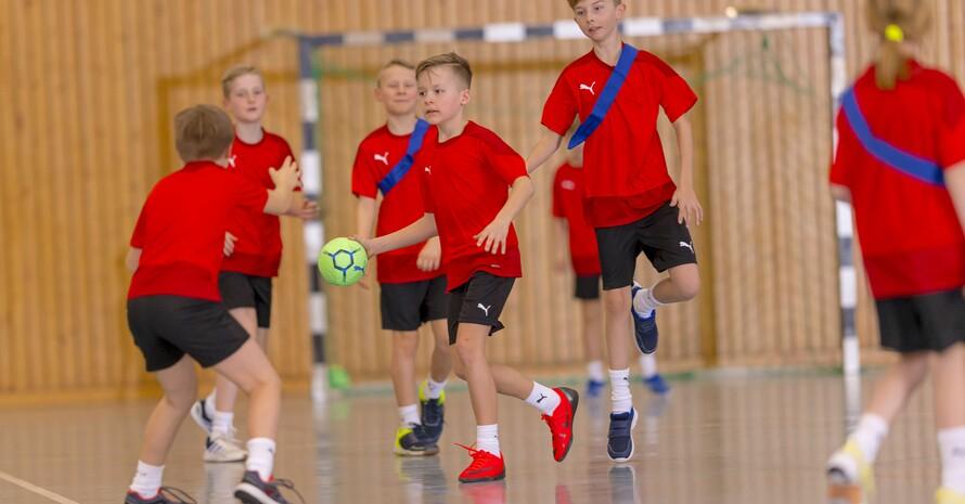 Volle Konzentration auf den Ball beim Handball-Training in der Grundschule; Foto: Sascha Klahn / DHB