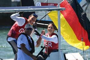 Tina Lutz und Susann Beuke freuen sich mit ihrem Trainer über ihre Silbermedaille. Foto: picture-alliance