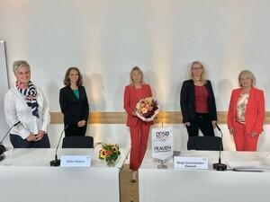 Silke Renk-Lange, Birgit Gutschlhofer, Sybille Hampel und Kloty Schmöller gratulieren Petra Tzschoppe zu ihrem deutlichen Votum. Foto: DOSB
