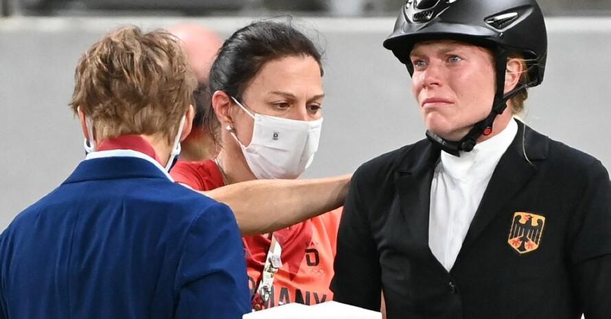 Annika Schleu (r.) und Bundestrainerin Kim Raisner beim Wettkampf in Tokio. Foto: picture-alliance