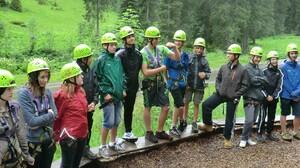 Der Start ins Abenteuer. Die Klasse 8a aus Ailingen vor der Klettertour