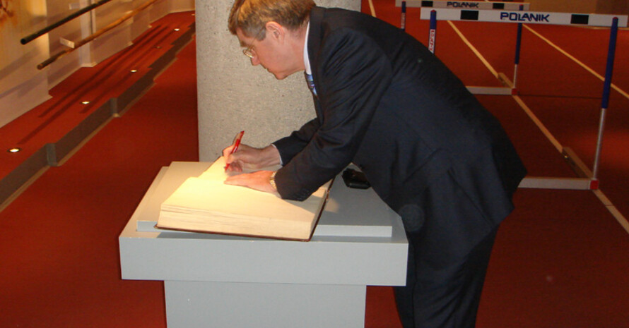 DOSB-Präsident Thomas Bach unterschreibt die Vereinbarung mit dem Polnischen Olympischen Komitee.