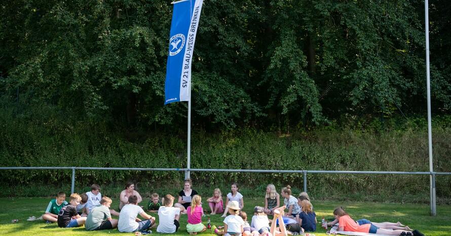 Eine Übungsleiterin gibt ihrer Jugendsportgruppe Erläuterungen für die nächsten Aufgaben. Foto: LSBNRW/Marc Hernenau