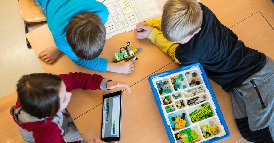 Grundschulkinder lernen an einer Schule in Rheinland-Pfalz mit dem Tablet-Computer. Foto: picture-alliance