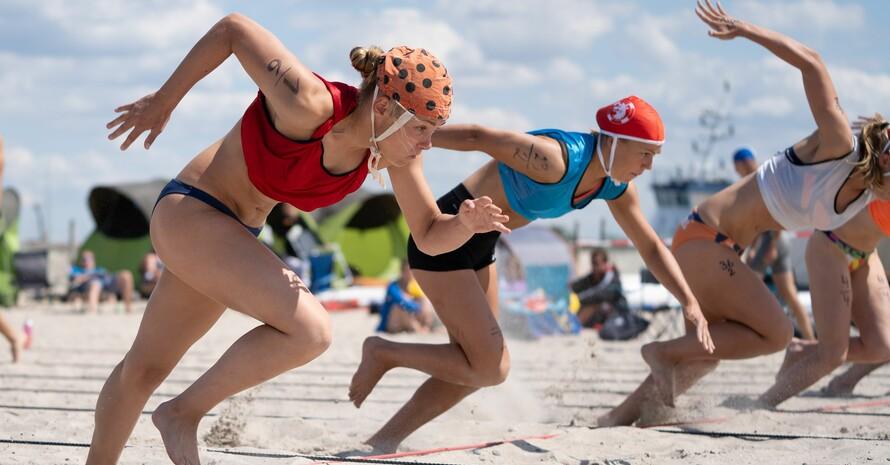 Bei den Strandsprints beweisen die Rettungsschwimmerinnen ihre Schnelligkeit an Land. Foto: Daniel André-Reinelt / DLRG